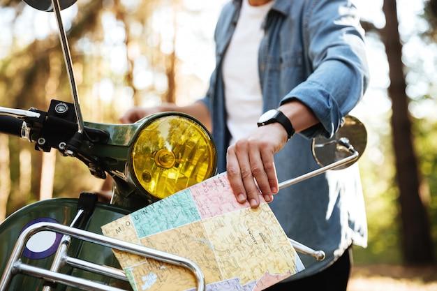 Image recadrée de jeune homme tenant la carte