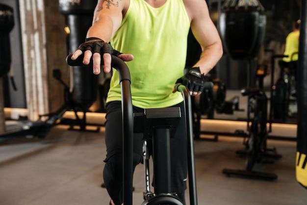 Image recadrée d'un sportif sur un tapis roulant