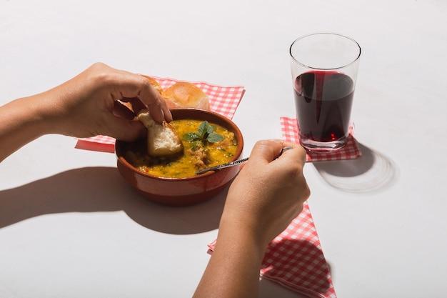 Image d'un repas typiquement argentin, locro, sur fond blanc.