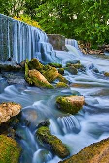 Image de roches d'algues sortant des chutes d'eau du barrage artificiel