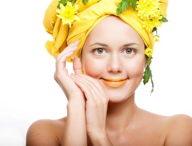 Image romantique d'une jeune femme avec des chrysanthèmes jaunes