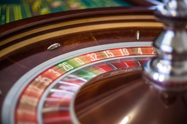 Image d'une roue de roulette de casino classique. détails gros plan
