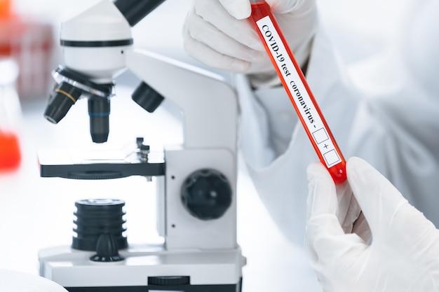 Image d'un scientifique regardant un tube avec un test