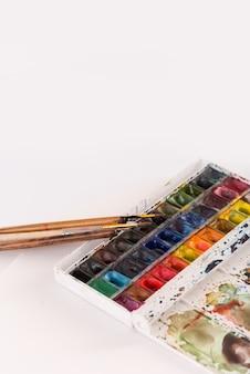 Image de seaux de peinture et pinceaux isolés