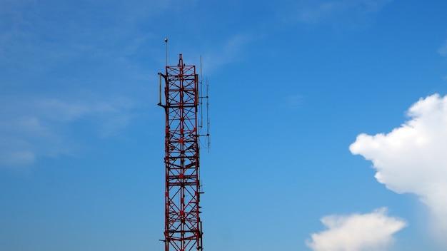 Image silhouette du ciel bleu de la tour de télécommunication