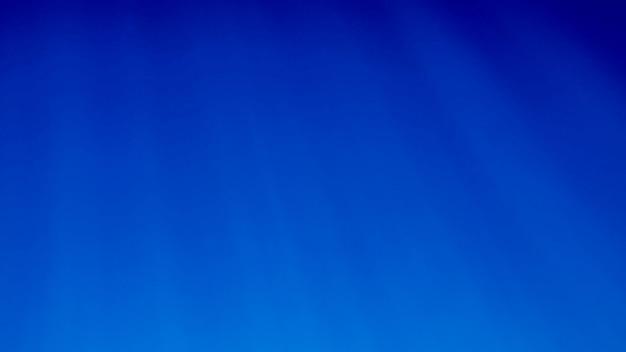 Image sous-marine étonnante du soleil et des rayons lumineux qui brillent à travers la surface de l'eau profonde