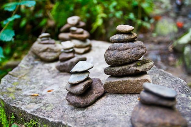 Image de statues rocheuses parfaitement empilées sur un autre rocher