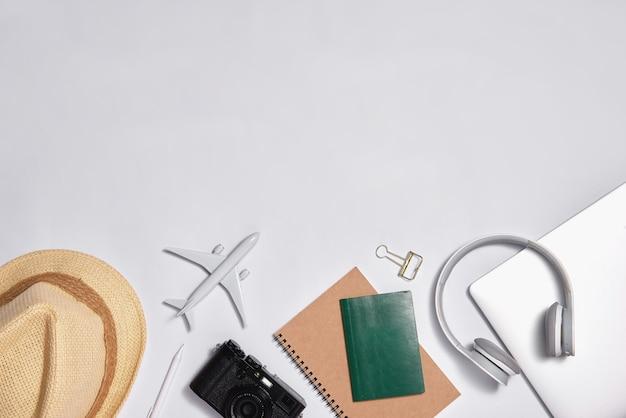 Image de style plat de l'espace de travail avec des fournitures de bureau sur fond de couleur pastel