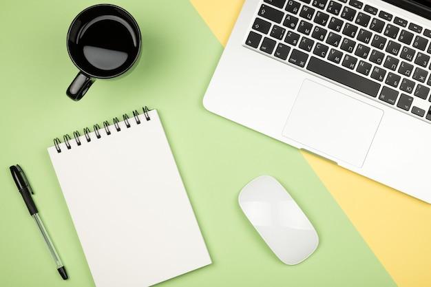 Image de style plat minimal de page de cahier vierge avec différents objets