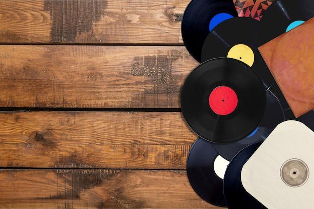 Image de style rétro d'une collection de vieux disques vinyles sur fond.