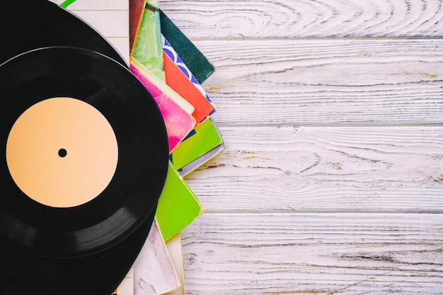 Image de style rétro d'une collection de vieux disques vinyles lp avec manches sur un fond en bois avec vue de dessus d'espace copie tonique