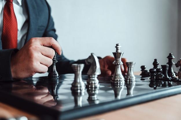 Image de style rétro d'un homme d'affaires avec les mains jointes de planification