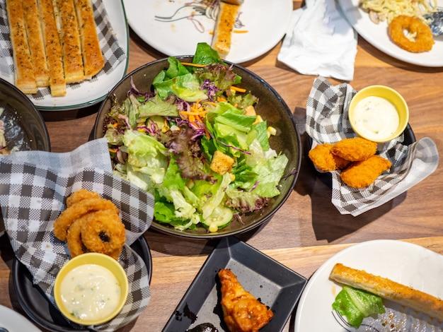 Image d'une table complète prête à manger pour une fête en toutes occasions