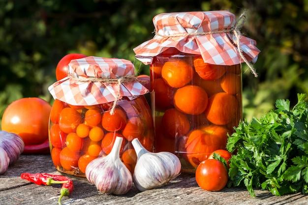 Image avec des tomates en conserve.