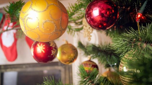 Image tonique de boule de noël contre cheminée au salon