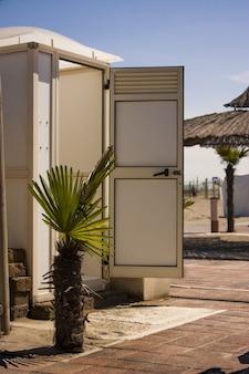 Image verticale d'une baignoire, d'une cabine, dans un établissement balnéaire du nord de l'italie
