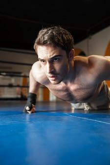 Image verticale du boxeur faisant des pompes