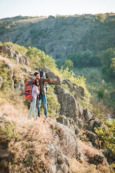 Image verticale du couple de voyageurs près du canyon