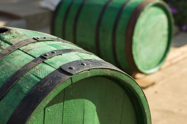Image d'un vieux tonneau de vin en chêne sur le fond d'une cour rurale.
