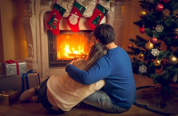 Image vue arrière du couple détente au coin du feu