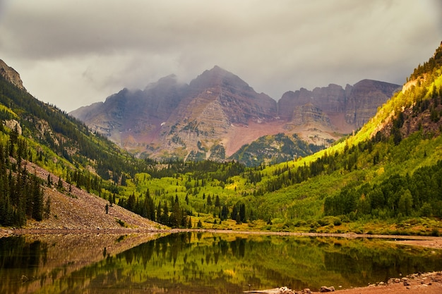 Image de vue brumeuse à l'automne des majestueuses montagnes de cloches marron dans le colorado