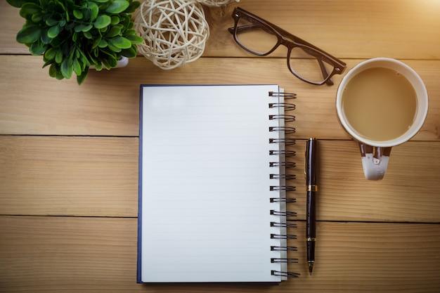 Image vue de dessus du cahier ouvert avec des pages blanches et des lunettes