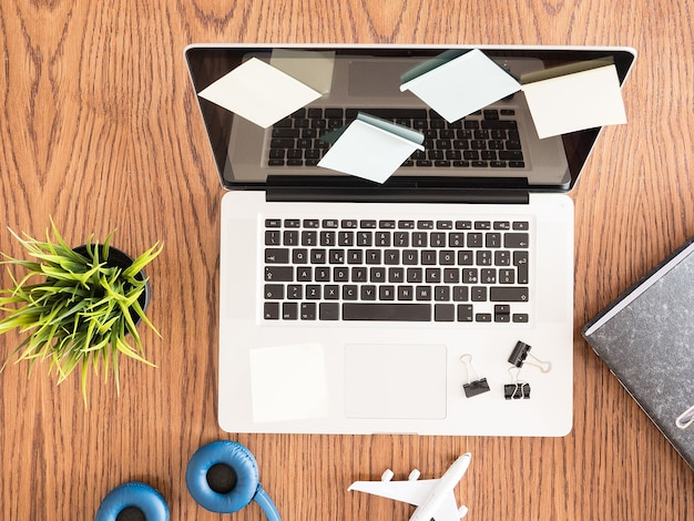 Image vue de dessus d'un ordinateur portable recouvert d'autocollants de notes. studio photo