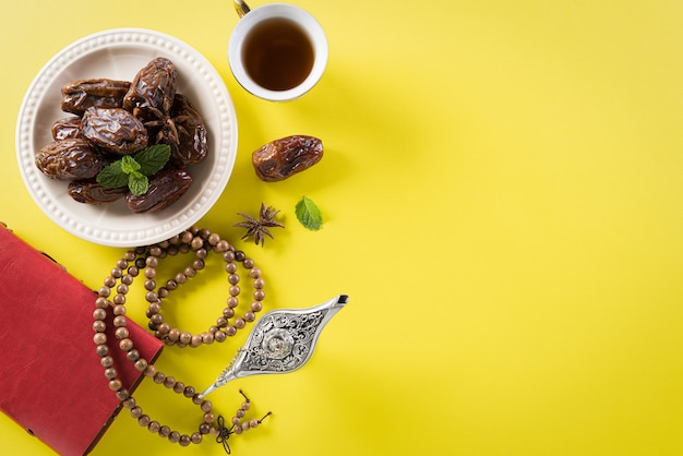 Image vue de dessus de table de décoration ramadan kareem.