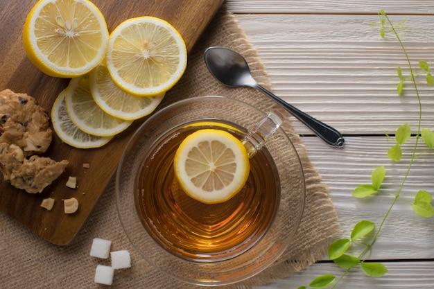 Image vue de dessus d'une tasse de thé au citron sur une table en bois