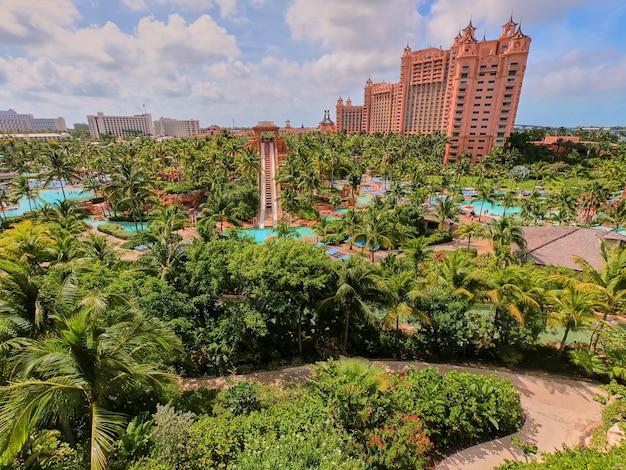 Image d'une vue en hauteur sur un complexe tropical avec des jardins verdoyants et une architecture