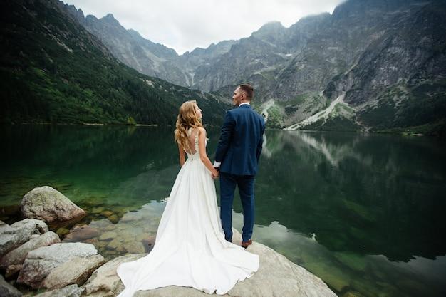 Image wanderlust de couple de mariage (mariés) se mariant dans les montagnes en suisse.