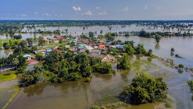 Des images aériennes de drones de régions communautaires et agricoles sont inondées.
