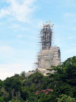 Images de bouddha inachevées dans la province de chumphon en thaïlande
