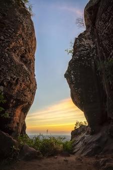 Images de la chaîne de montagnes de paysages. fond extérieur de voyage saisonnier naturel.