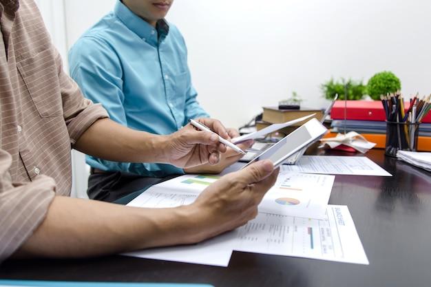 Images des deux hommes d'affaires travaillant ensemble au bureau.