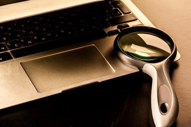Images gros plan de loupe sur clavier d'ordinateur portable