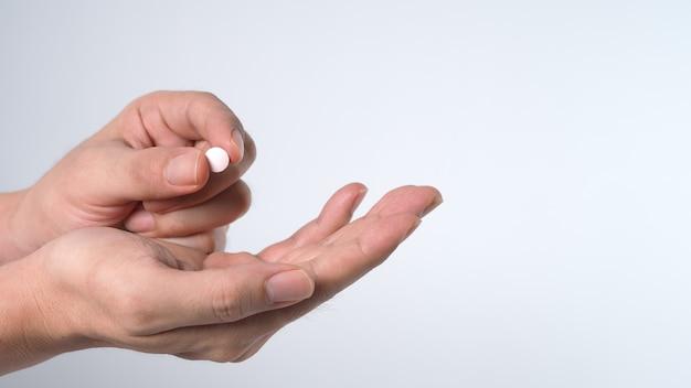 Images en gros plan de personnes prenant ou tenant une pilule médicamenteuse à la main qui aident et protègent