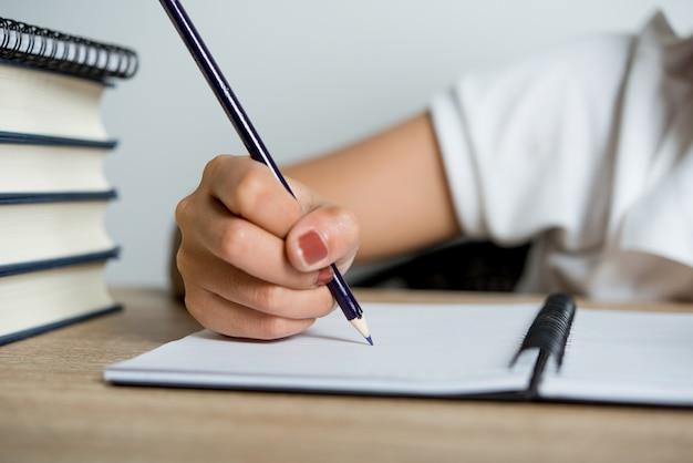 Images à la main et au crayon d'étudiants écrivant le concept d'éducation avec espace de copie