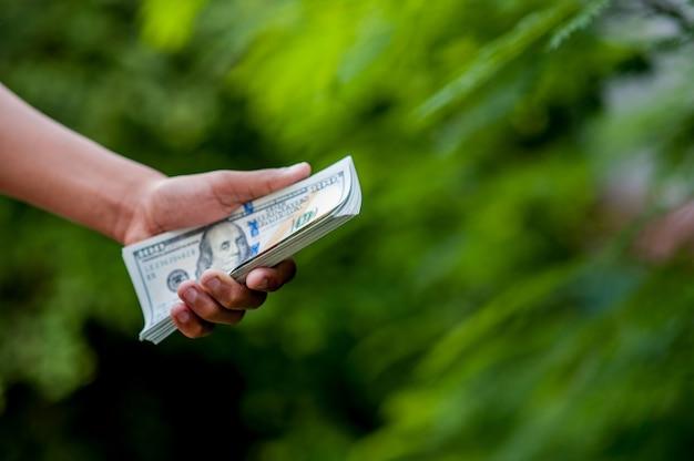 Images de la main et dollar concept de finance d'entreprise