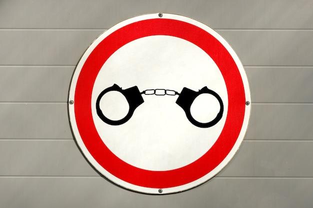 Images de menottes sur un panneau routier. concept de criminalité routière. photo de haute qualité