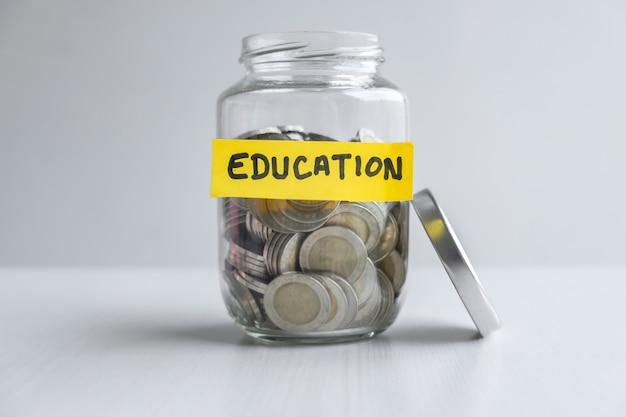 Images de pièces de monnaie dans la tirelire pour intensifier la croissance des entreprises afin de réaliser des bénéfices et d'épargner avec la tirelire, économiser de l'argent pour le futur plan d'éducation et le concept de fonds de retraite