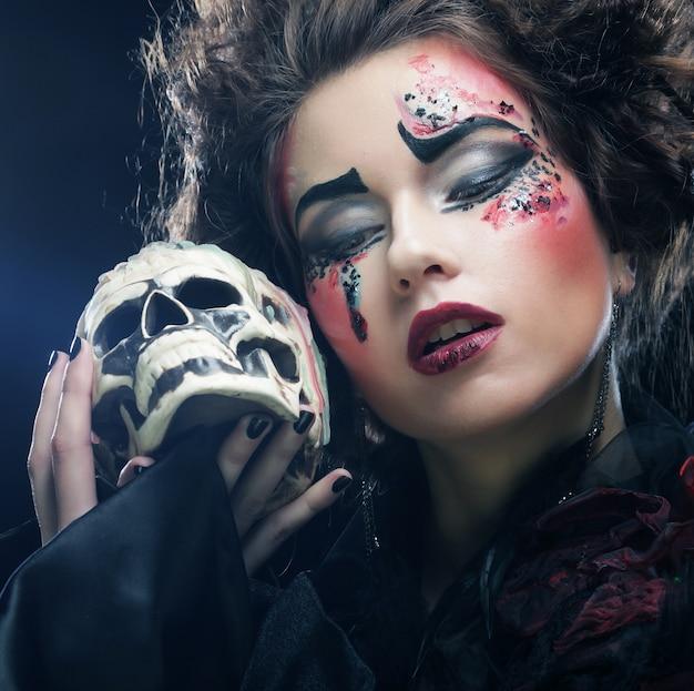 Imaginez une belle femme fantastique avec un crâne. thème d'halloween.