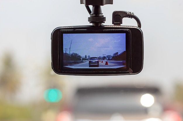 Imaginez les voitures et le ciel devant la caméra en voiture.