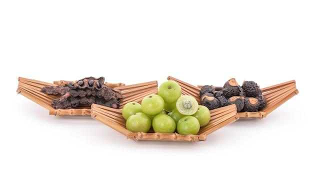 Imbibez les cheveux de groseille à maquereau indienne, d'arbre à noix de savon et de savon pod isolé sur blanc