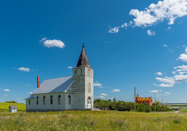 Immanuel lutheran church avec élévateur à grains en arrière-plan à admiral, saskatchewan