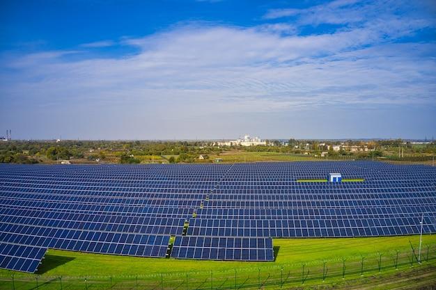 Immense centrale solaire pour utiliser l'énergie solaire dans un champ vert pittoresque en ukraine. vue aérienne