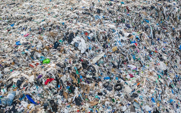 Immense dépotoir d'ordures ménagères. plastique, métal et déchets organiques