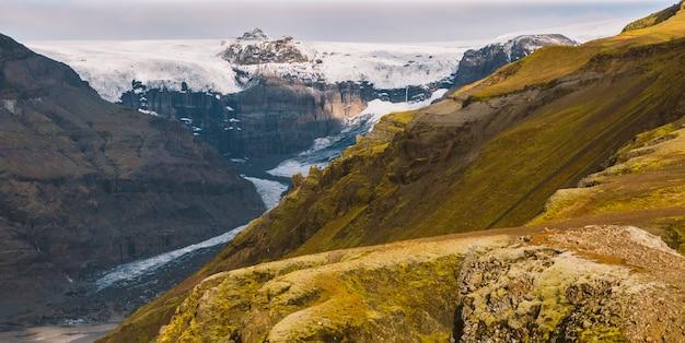 Immense glacier, vue sur la langue et ses gros blocs de glace.