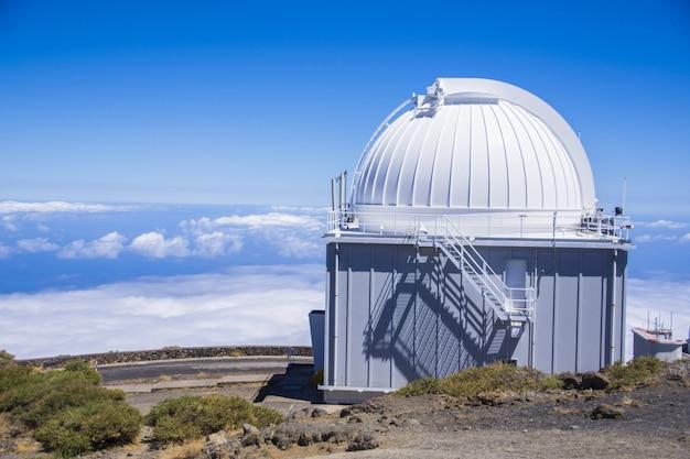 Immense observatoire astronomique contre le ciel bleu en espagne