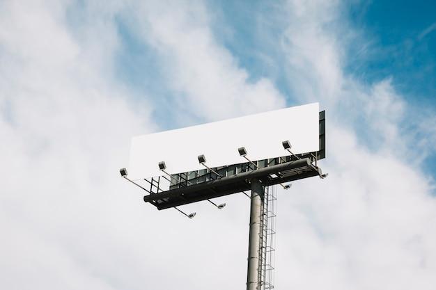 Immense panneau de signalisation en bordure de route sur le ciel bleu